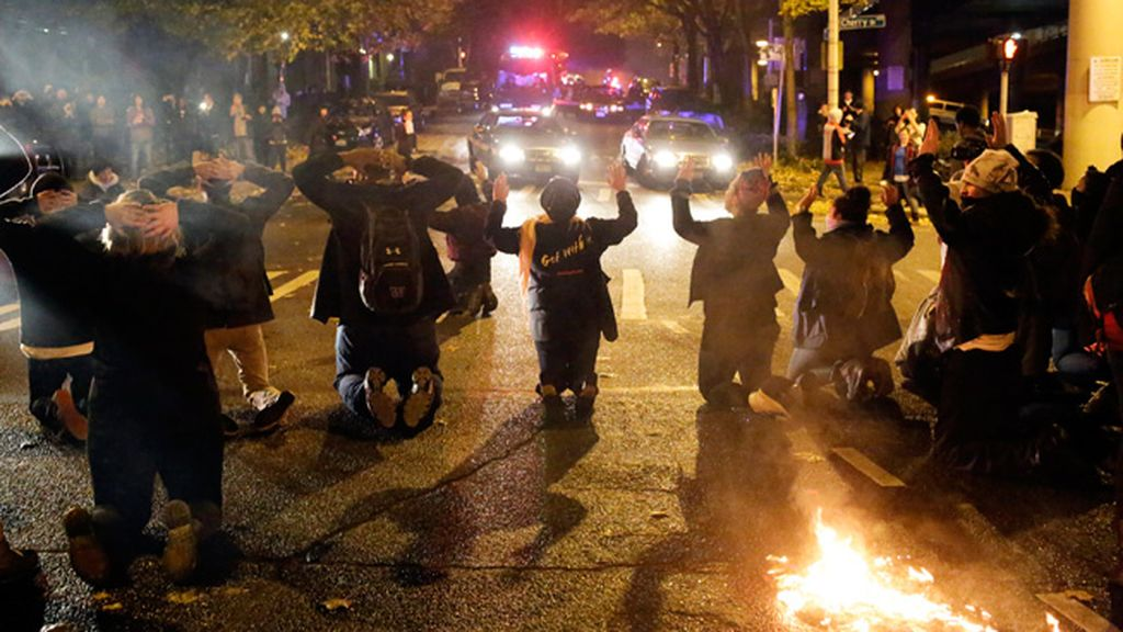 Decenas de detenidos y edificios en llamas