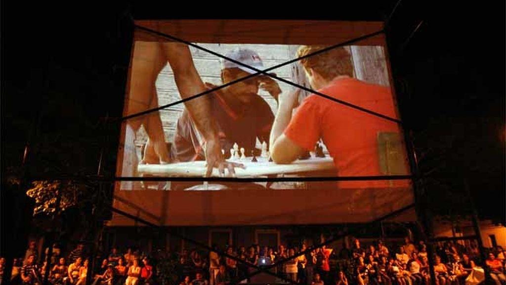 Personas viendo una película en un parque durante el Festival Internacional de Cine Pobre en Gibara