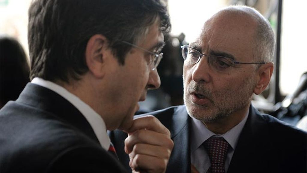 El presidente del País Vasco, Patxi López, habla con el jefe de Interior del Gobierno vasco, Rodolfo Ares.