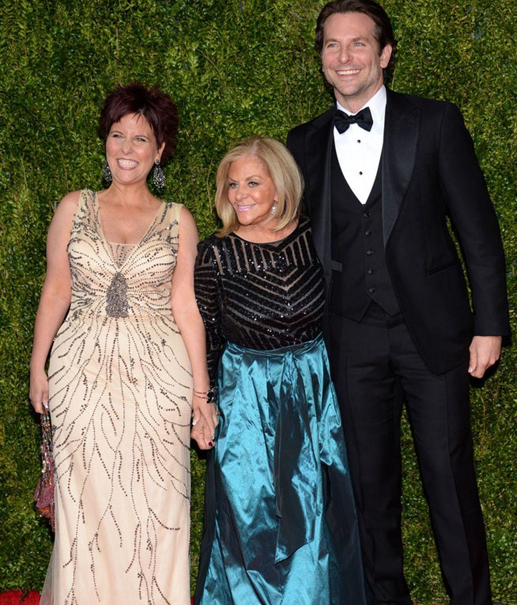 Bradley Cooper posó junto a su madre y a su hermana con un esmoquin negro