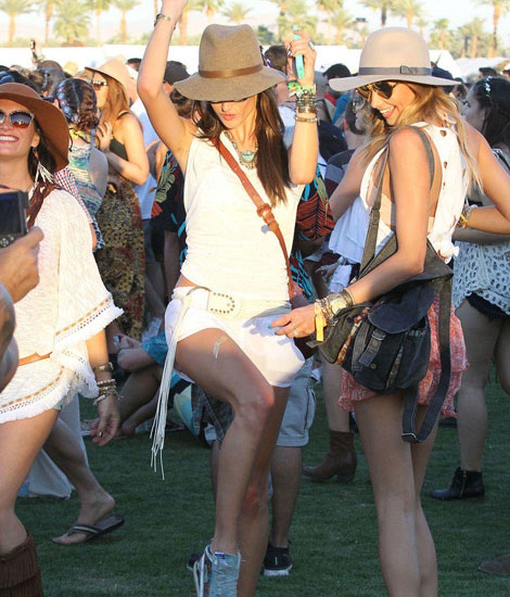 Alessandra Ambrosio con shorts, sombrero y 'sneakers'