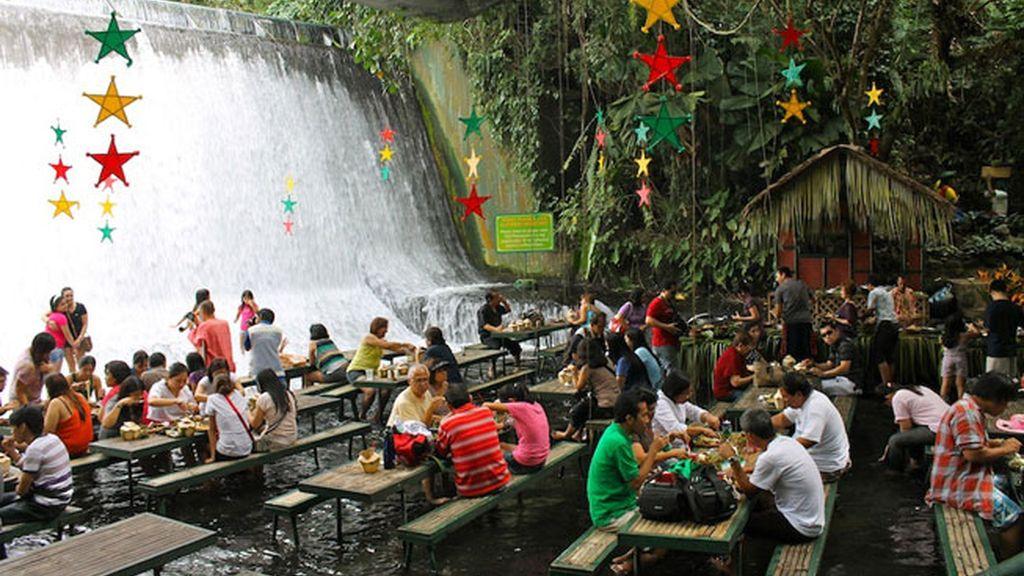Un restaurante en una cascada