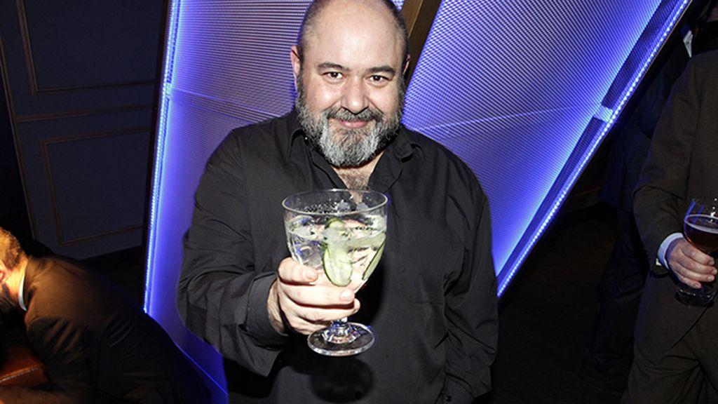 Jorge Calvo brindando por la nominación al Óscar de su amigo Paco Delgado