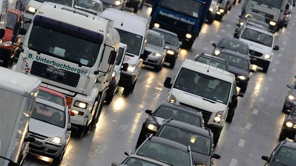 El mal tiempo complica el tráfico durante la primera mañana del puente