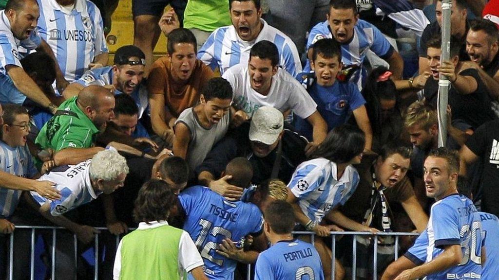 Los jugadores del Málaga celebran con los aficionados el primer gol