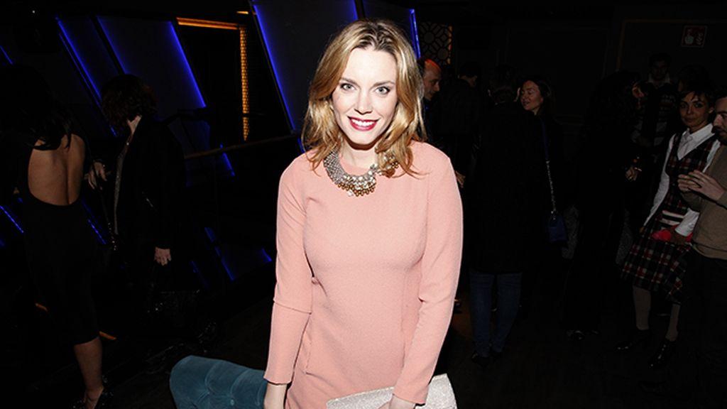 Carolina Bang, muy guapa con este vestido en color coral de Hoss Intropia