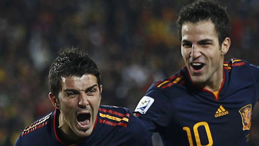Villa y Cesc, tras marcar el tanto frente a Paraguay