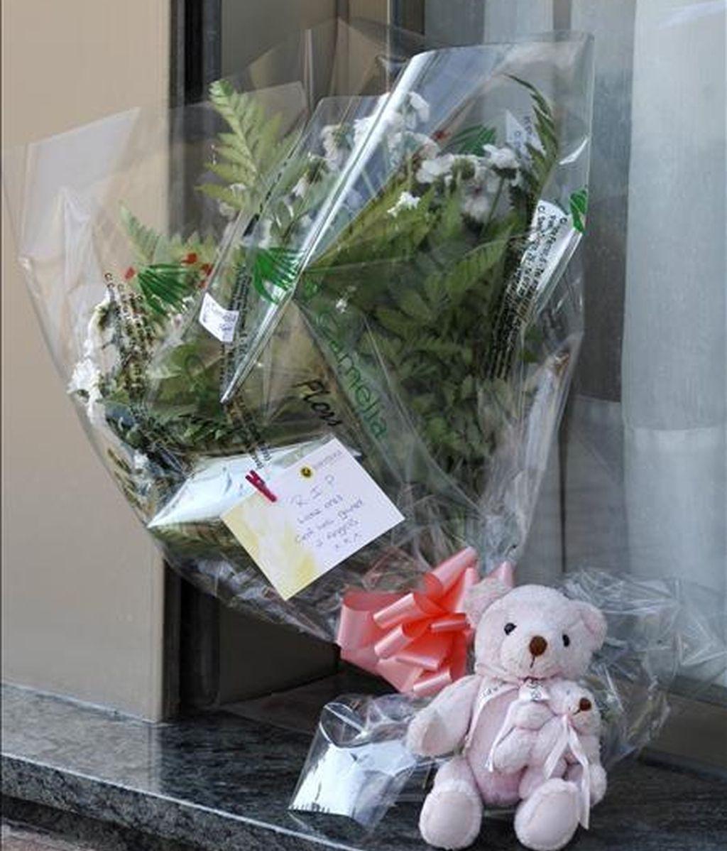 Flores y un peluche dejados ante la puerta del hotel Miramar de Lloret de Mar( Girona), donde ayer fueron asesinados dos menores presuntamente por su madre en Lloret de Mar (Girona), que al parecer eran hijos del pederasta británico más buscado, Martin Anthony S., que supuestamente había abusado sexualmente de una hija que la parricida había tenido de una relación anterior. EFE
