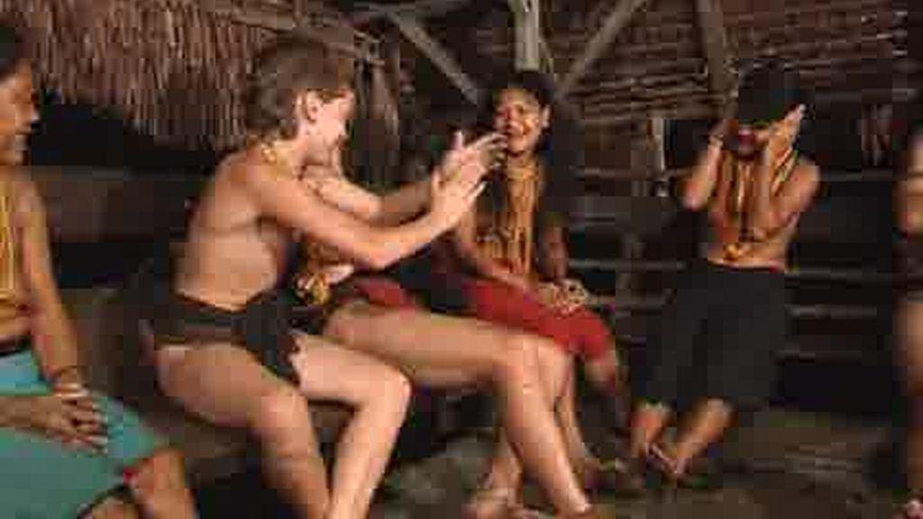 IMÁGENES INÉDITAS: ¡Cómo se lo pasa Ventura con los mentawai!