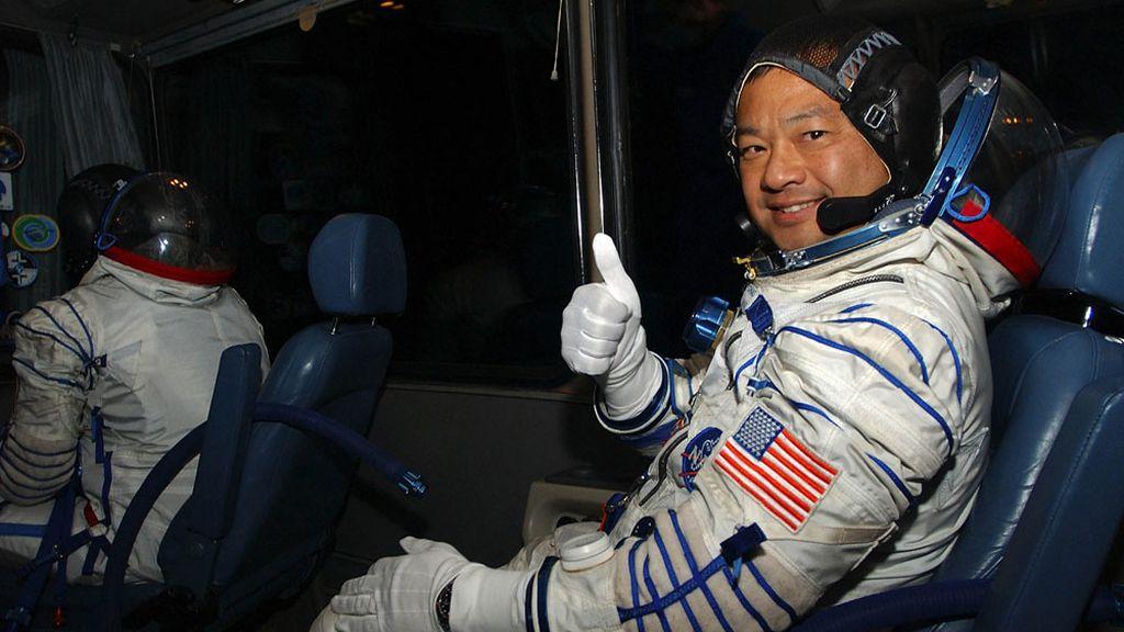 El astronauta Leroy Chiao momentos antes de partir a la EEI