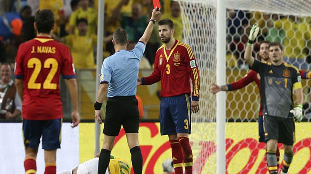 El árbitro expulsa a Piqué por una entrada a Neymar