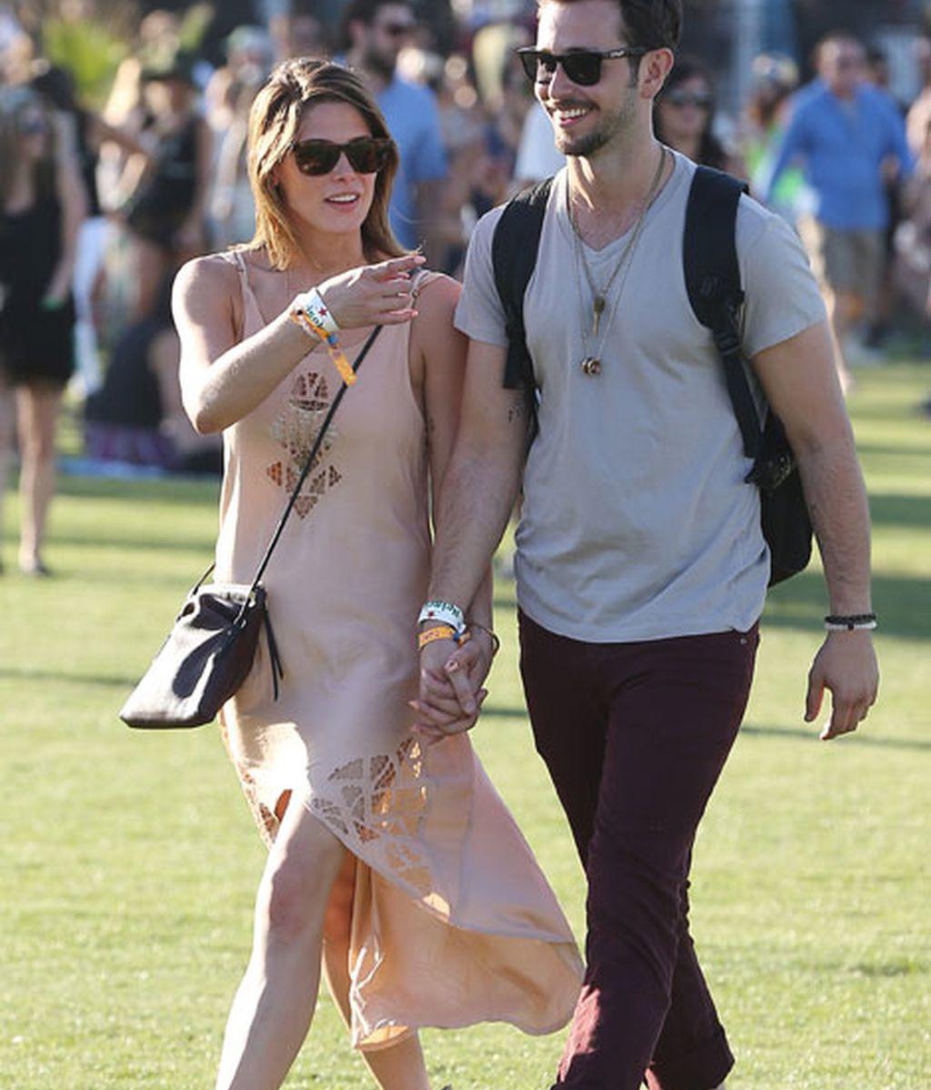 Ashley Greene, con vestido asimétrico, con Paul Khoury