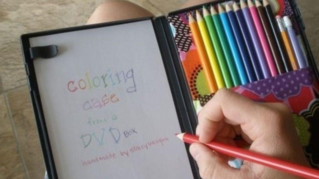 6. Utiliza una caja de dvd para rellenarla con lápices de colores y papel, estamos seguros de que se pondrán a jugar con ella