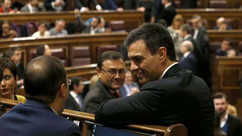 Pedro Sánchez, líder del PSOE, ocupa su escaño