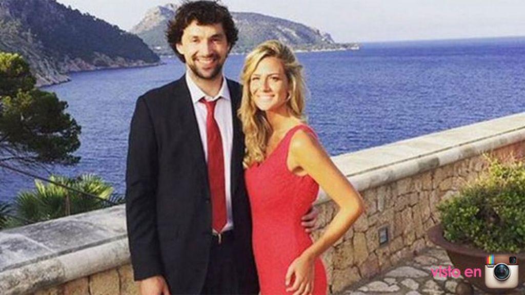 El baloncestista Sergio Llul posa junto a su novia ante maravillosas vistas