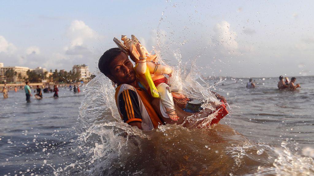 Rezando a Ganesha