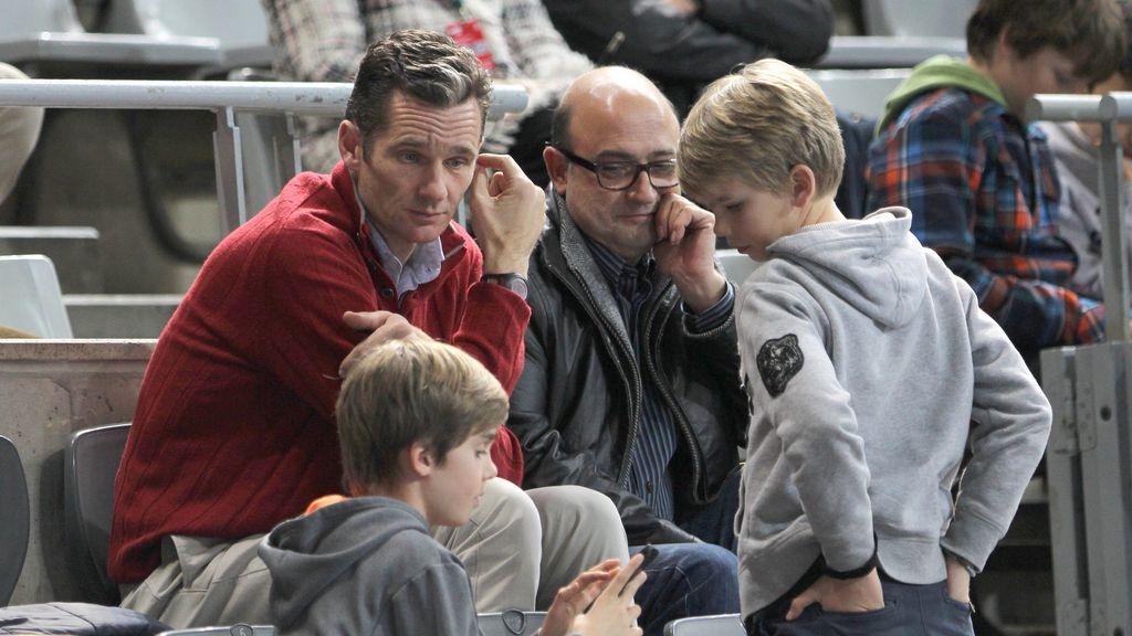 Iñaki Urdangarin en el balonmano con sus hijos FOTO: GTRES