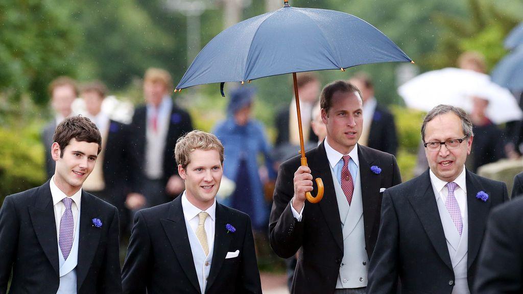 El príncipe Guillermo se cubre con un paraguas