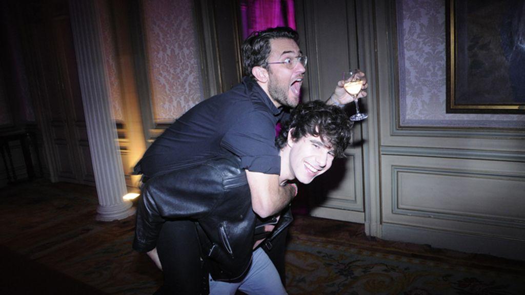 La fiesta acabó de lo más animada como vemos en esta foto de Máxim Huerta y Javier Calvo