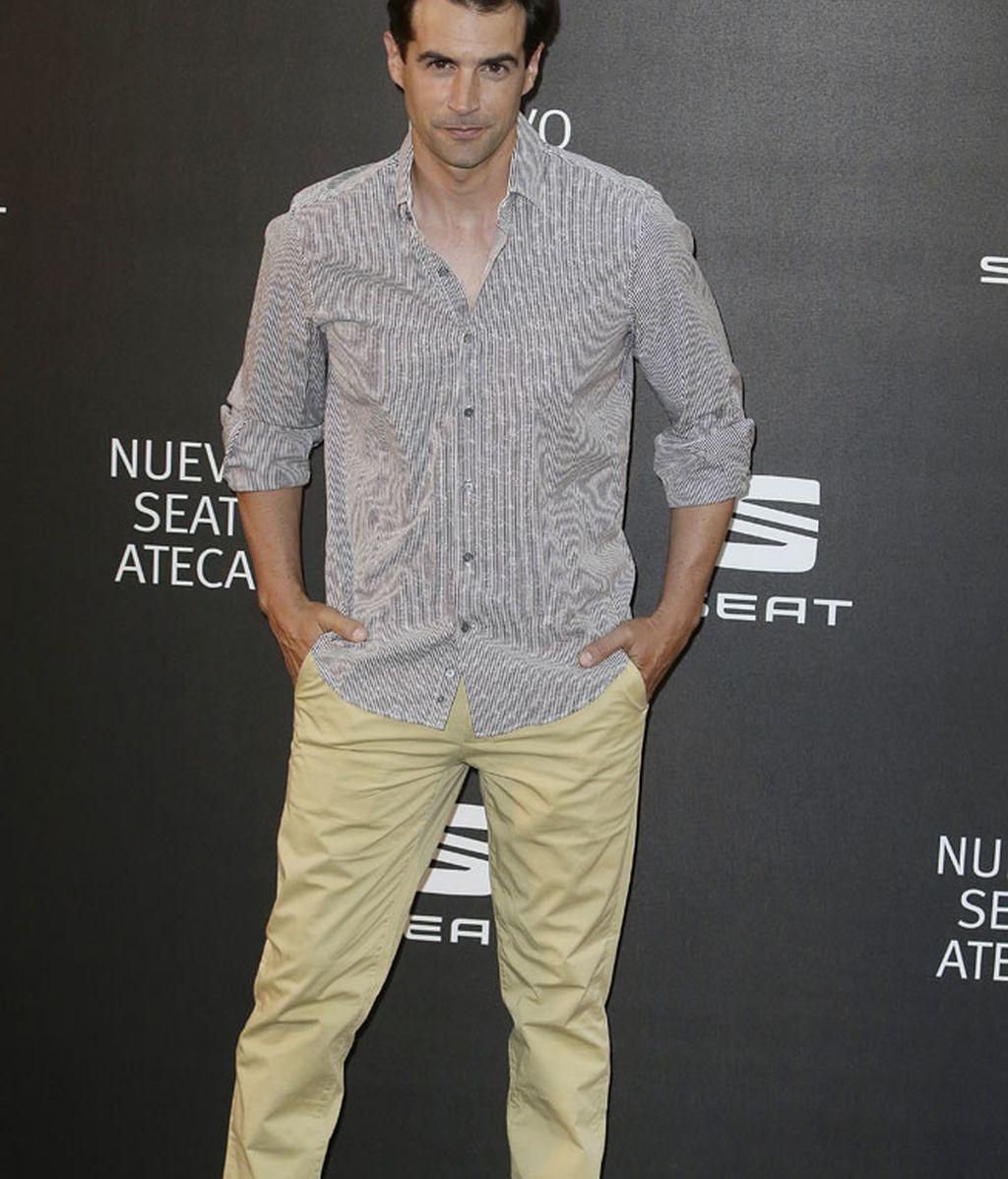 Álex Adróver con chino claro y camisa a rayas