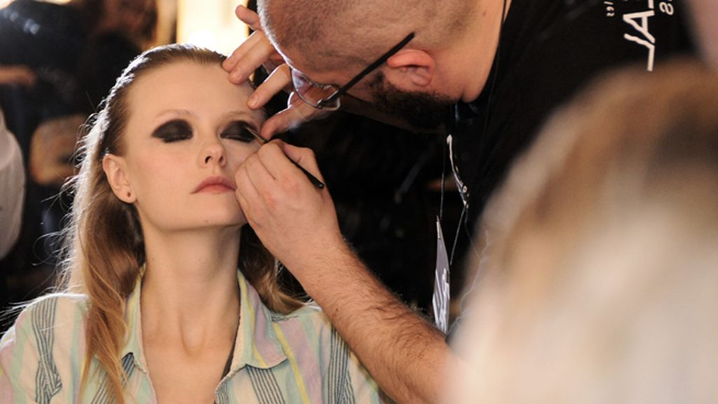 Una de las modelos de Ana Locking recibiendo los últimos retoques antes de salir a desfilar