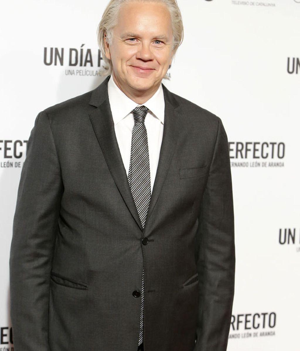 Tim Robbins optó por camisa blanca y corbata de rayas
