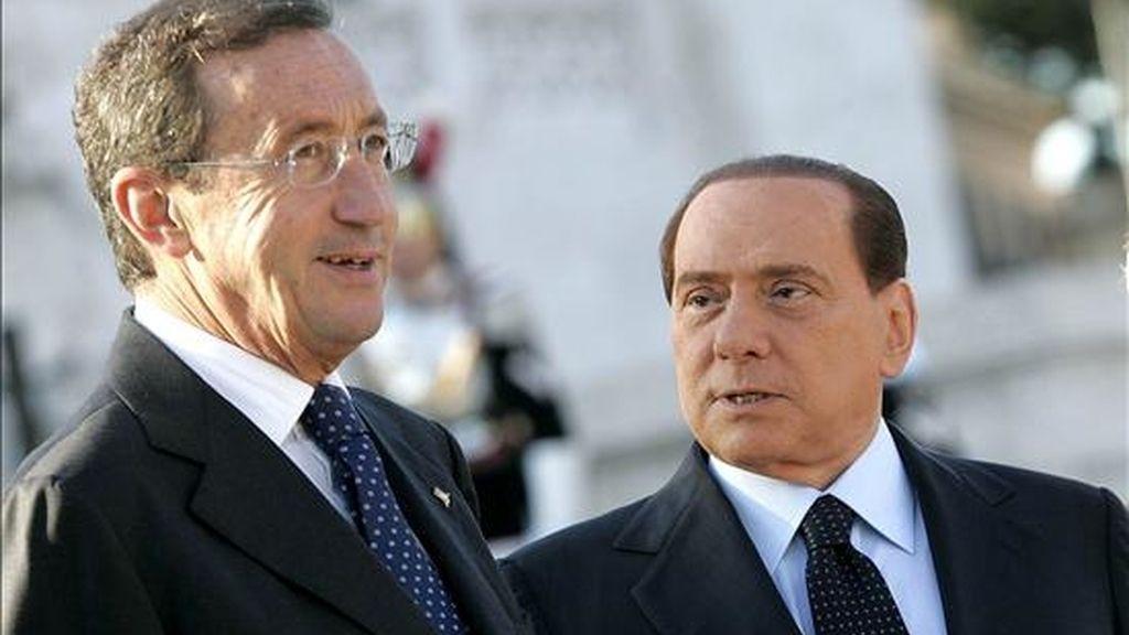 El primer ministro italiano Silvio Berlusconi (d) conversa con su ex aliado y portavoz del parlamento itailano, Gianfranco Fini, durante la celebración del día de las Fuerzas Armadas, el pasado 4 de noviembre. EFE/Archivo