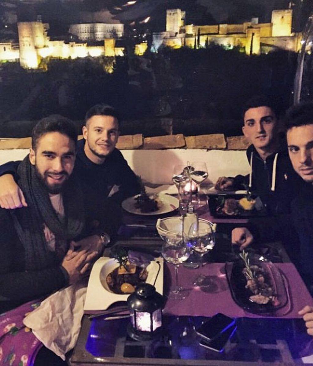 Dani Carvajal, de cena con sus amigos en Granada
