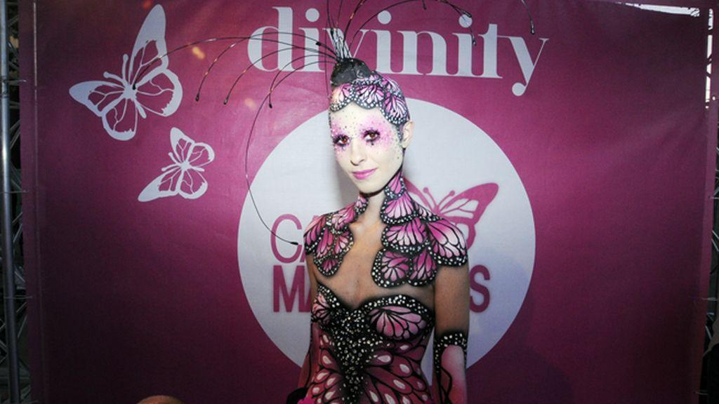La mariposa, símbolo del nuevo programa de Divinity, cobró vida ayer en la Shopping Night Intenz Diagonal