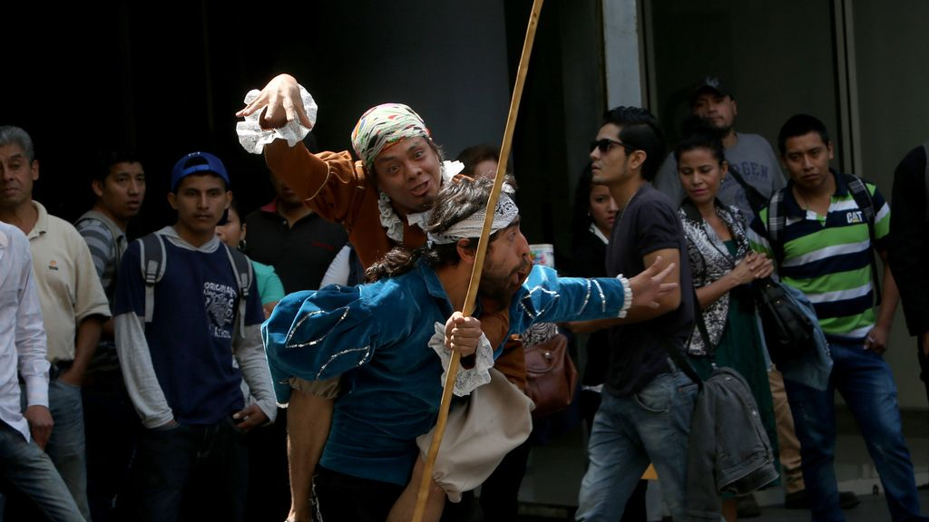 Representación de El Quijote en las calles de Guatemala