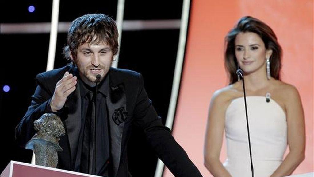 El actor Raúl Arévalo se dirige al público tras recibir el Goya como mejor actor secundario, por su trabajo en 'Gordos', durante la gala de la XXIIII edición de los Premios Goya, que se celebra esta noche en el Palacio Municipal de Congresos de Madrid. Detrás, la actriz Penélope Cruz, quien le entregó el premio. EFE
