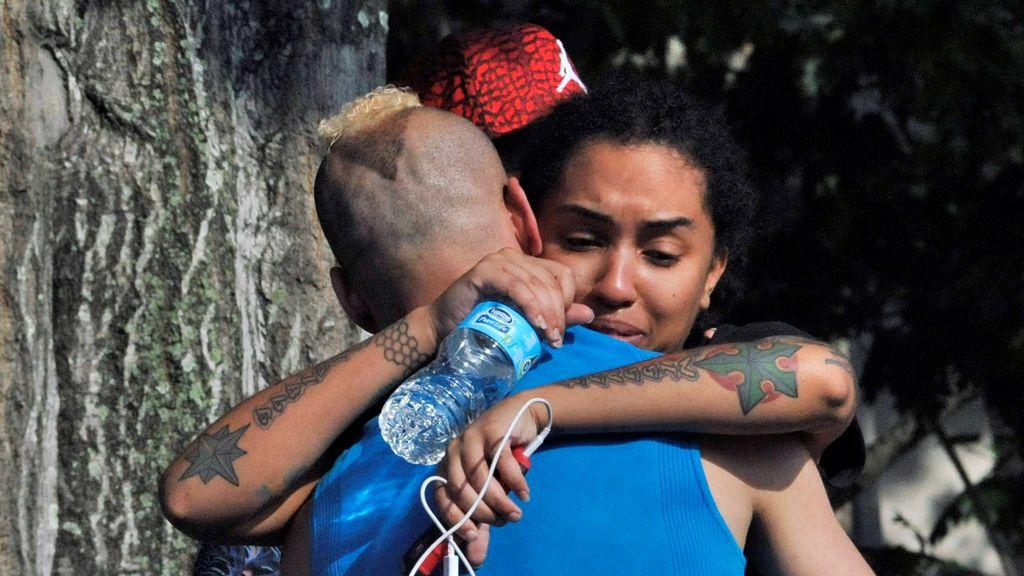 Familiares y amigos se acercan al club Pulse de Orlando después de la matanza