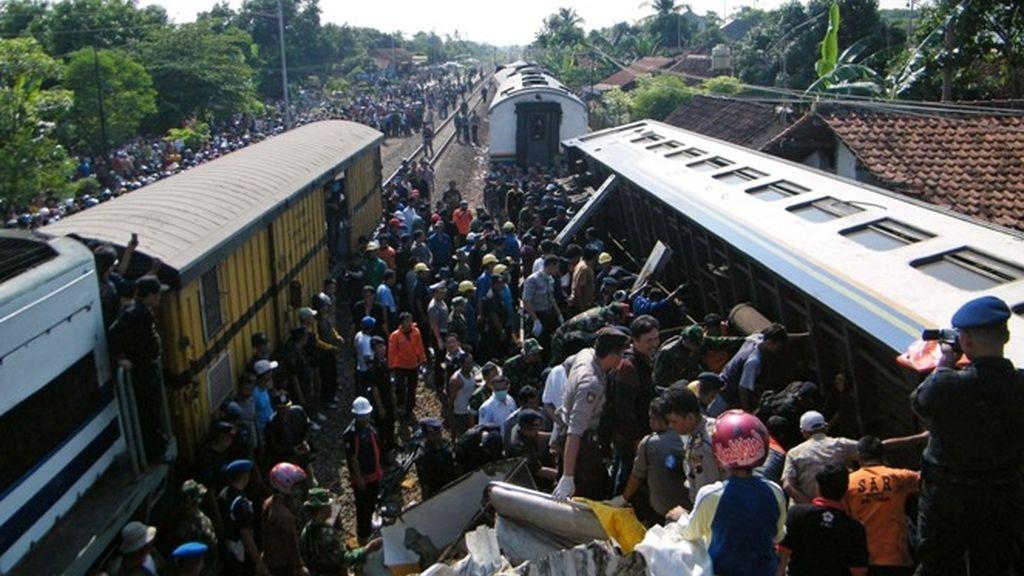 Decenas de muertos en la colisión de dos trenes en Indonesia.