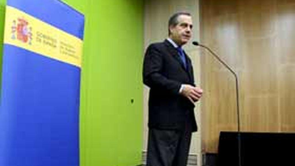 El ministro de Trabajo e Inmigración, Celestino Corbacho, antes de participar en una reunión de directores generales de los servicios públicos de empleo del Estado, en Zaragoza. Foto: EFE