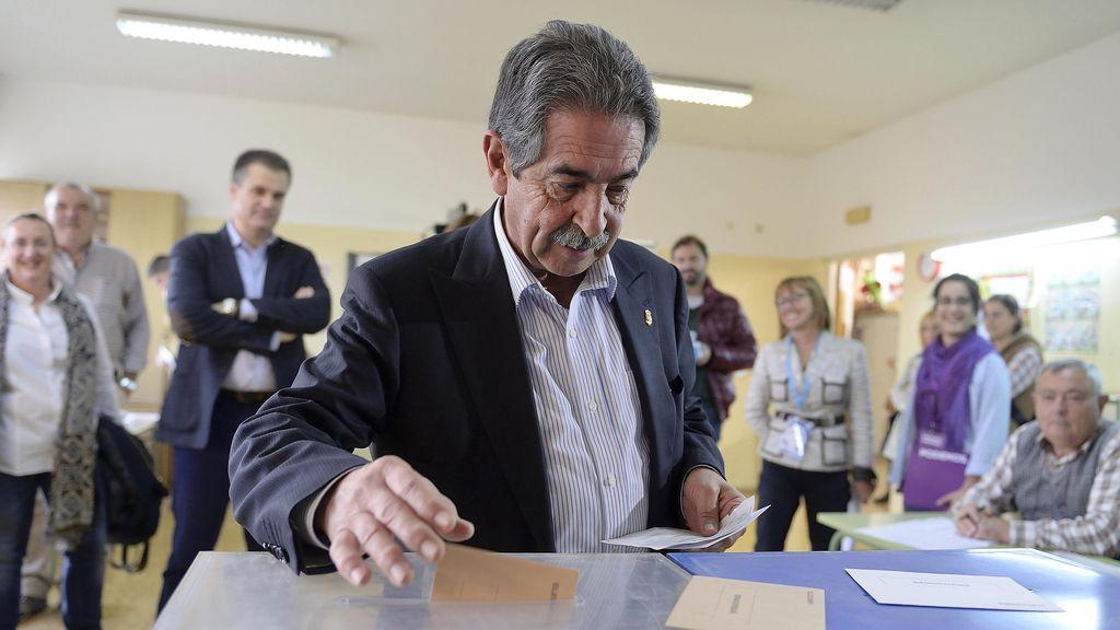 Revilla vota en su colegio electoral