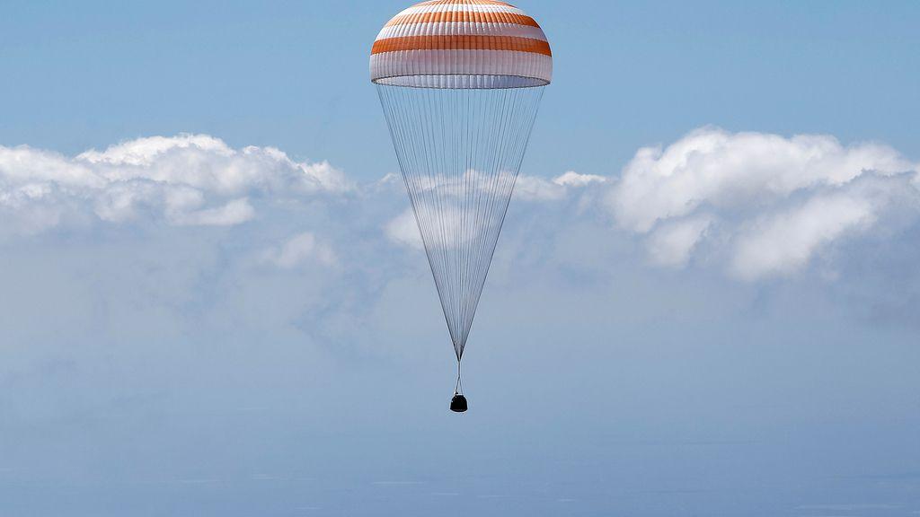Uno de los miembros de la Estación Espacial Internacional en paracaídas