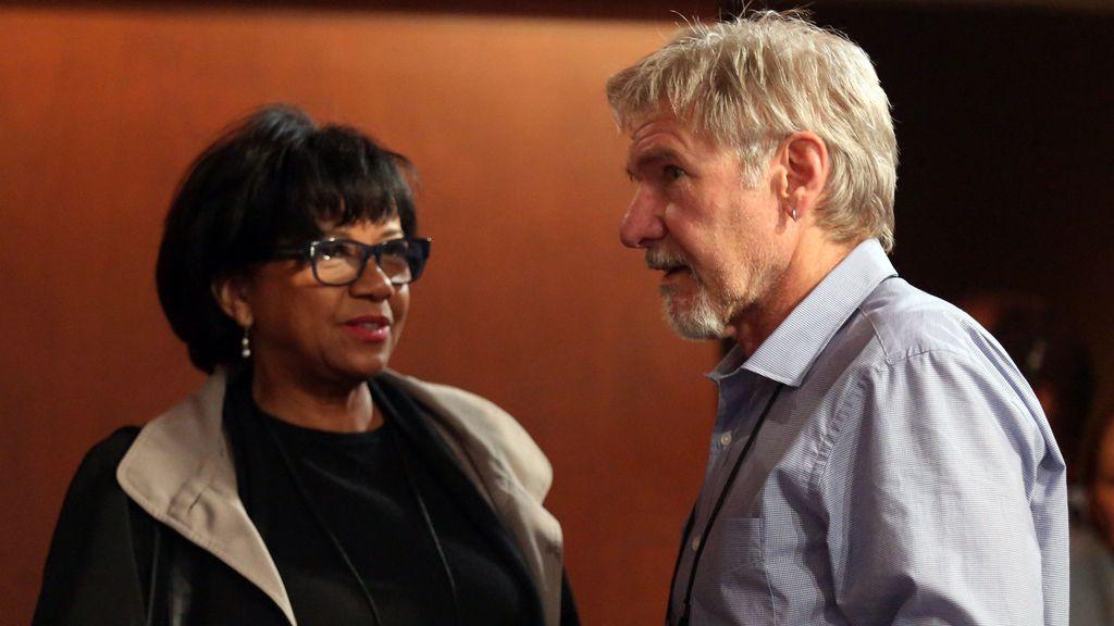 Harrison Ford charlando junto a Cheryl Boon