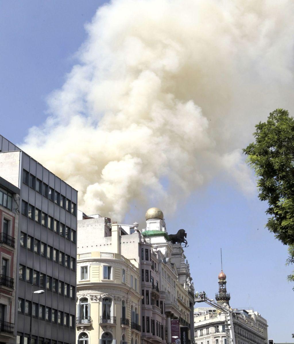 Los bomberos trabajan para extinguir un incendio en la cubierta del Teatro Alcázar de Madrid