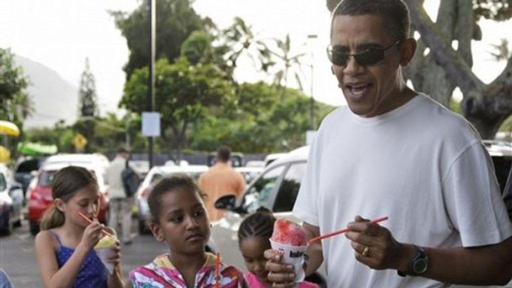 La familia toma un helado