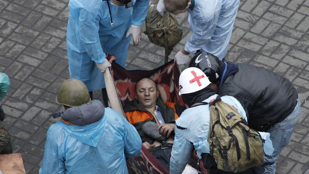 Evacuación de un herido en la plaza de la Independecia de Kiev