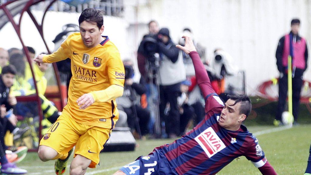 Un Messi soberbio mantiene la racha del Barcelona ante el Eibar