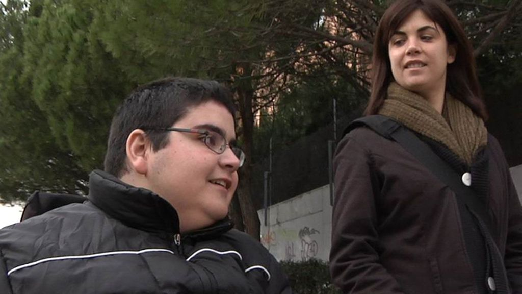 Samanta Villar habla con un joven dependiente