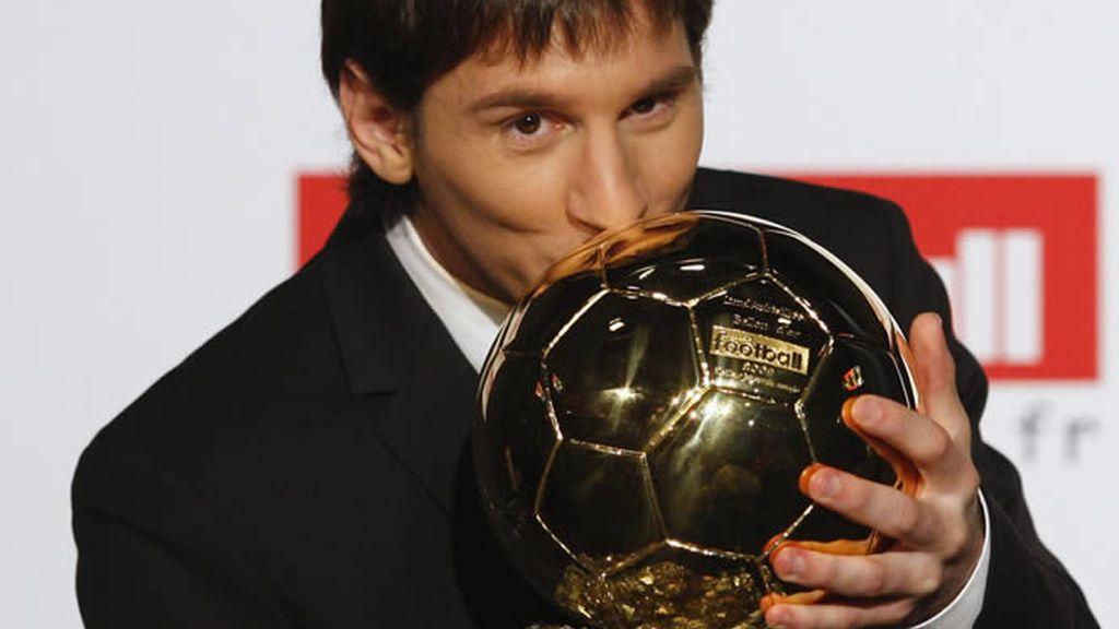 Leo Messi besa orgulloso su trofeo