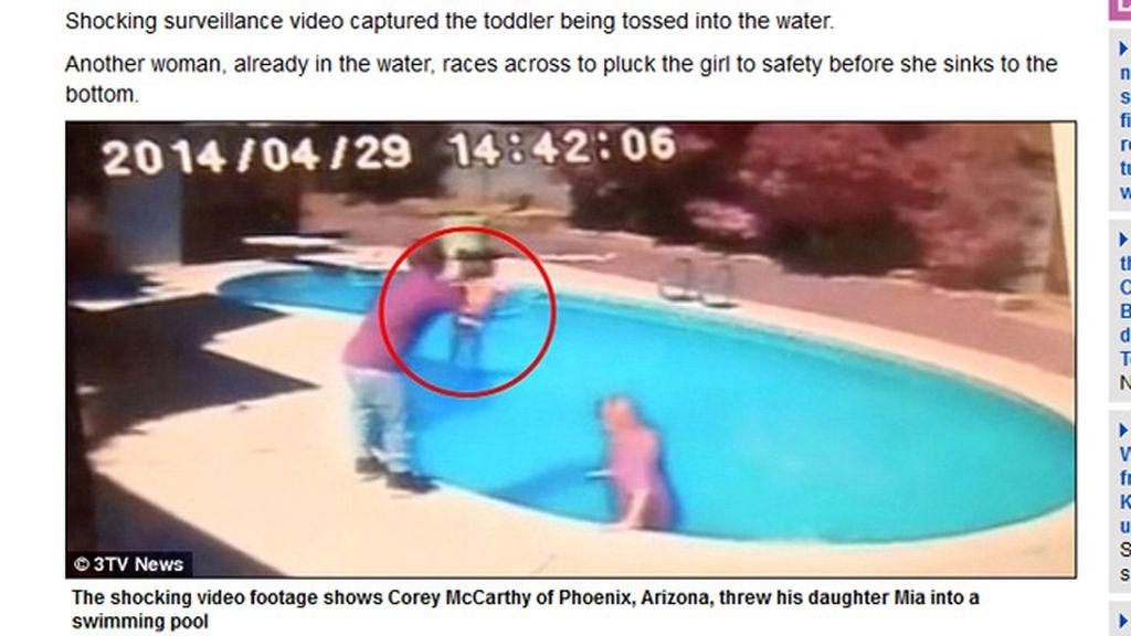 Un padre lanza a su hija de dos años a la piscina para darle una lección