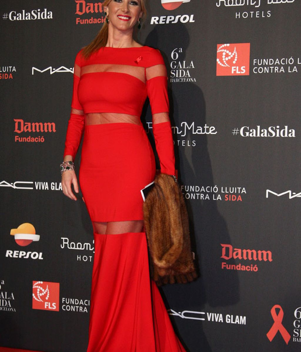 Alejandra Prat posó con vestido rojo con transparencias y bufanda de pieles