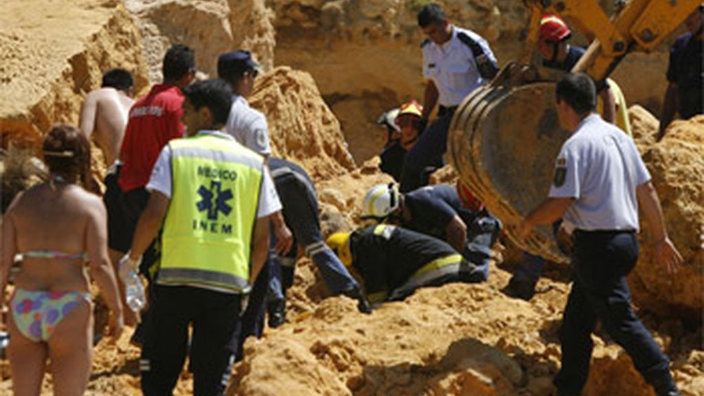 Mueren dos personas en un desprendimiento de rocas en una playa de Portugal