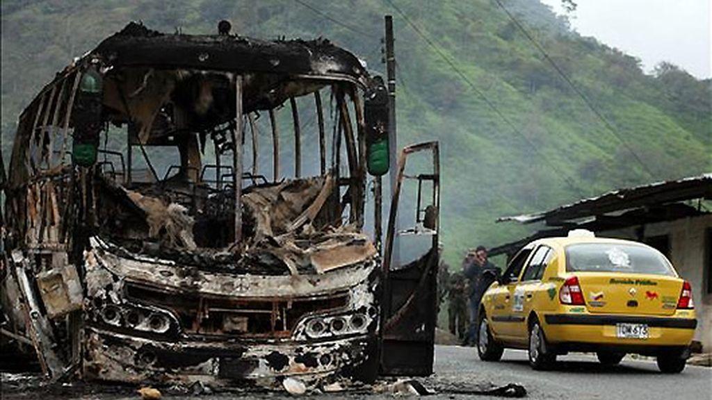 Las FARC matan a seis personas, dos de ellas niños, al quemar un autobús