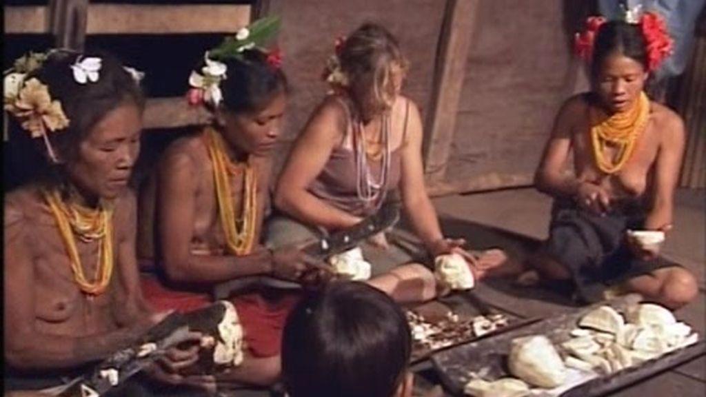 Las mentawai enseñan a Sonia a preparar taro
