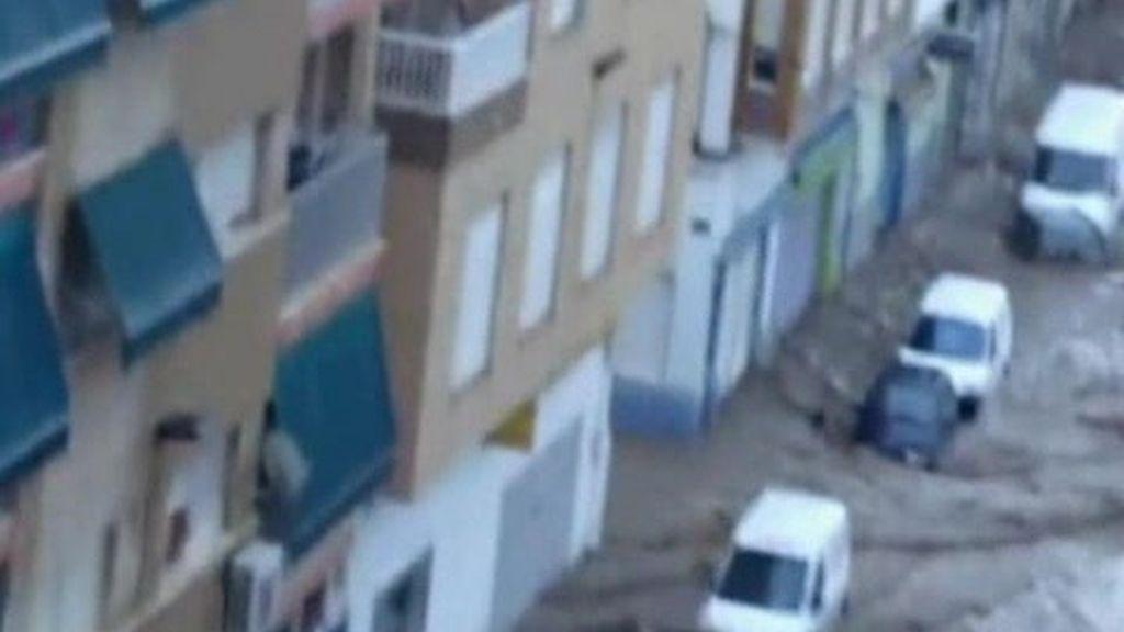 La lluvia convierte en torrentes las calles de Murcia