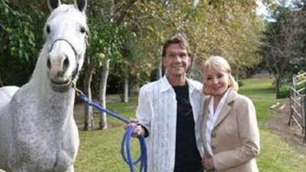 Imagen de Patrick Swayze en su rancho de California con la periodista Barbara Walters. Foto: AP